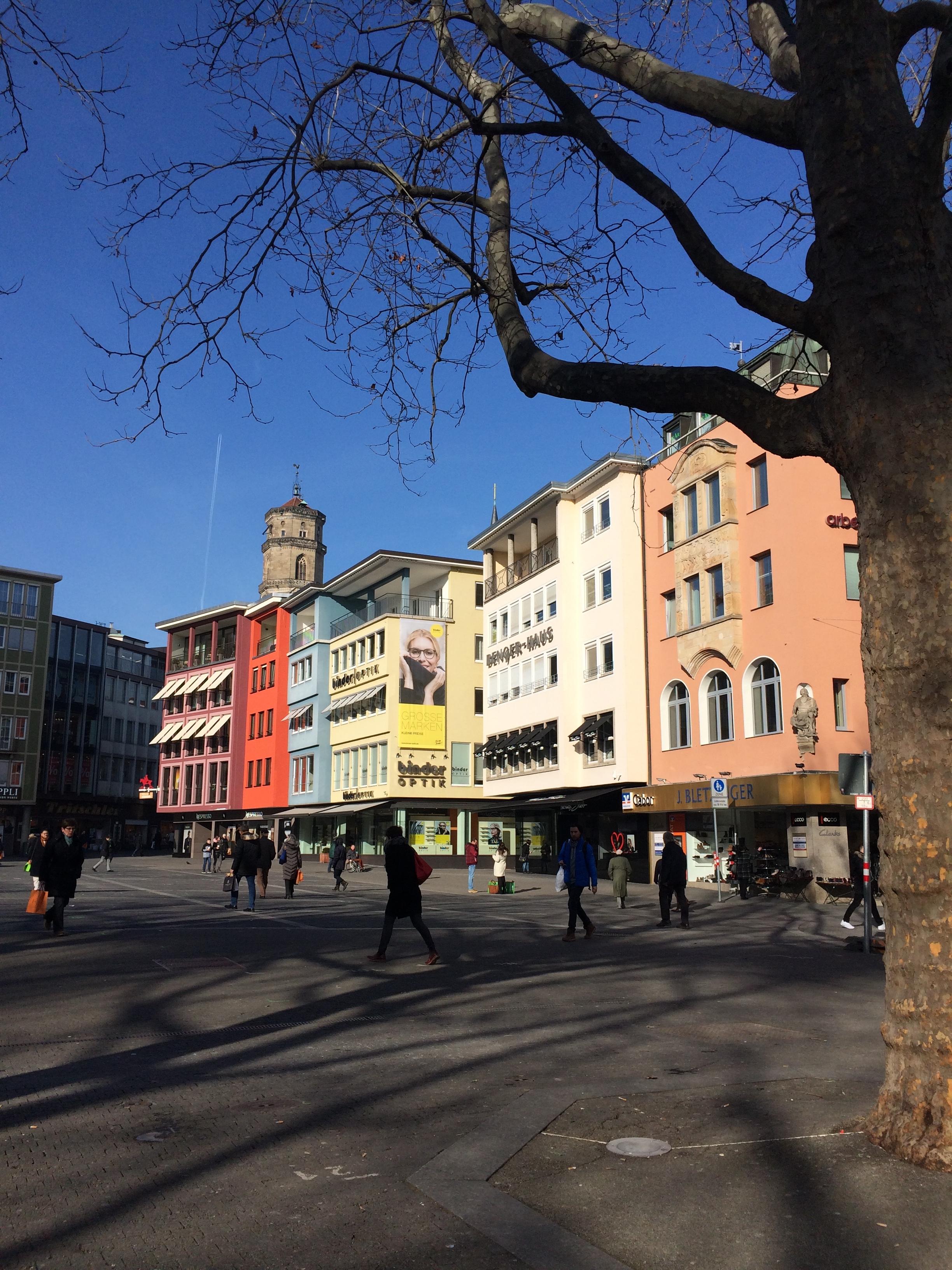 Stuttgarter Marktplatz mit Sonne im Januar