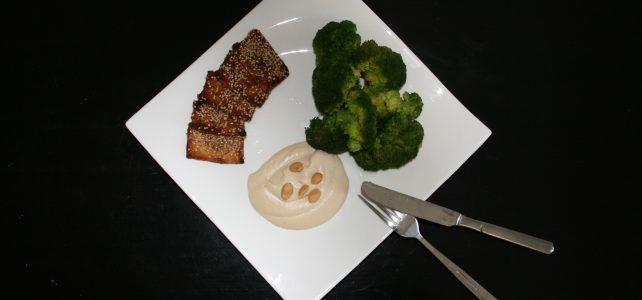 Knuspriger Tofu und Brokkoli mit Erdnusssoße